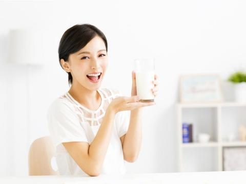進入更年期、常喝咖啡...這10種人都很容易骨鬆!營養師公布超實用「高鈣食物表」