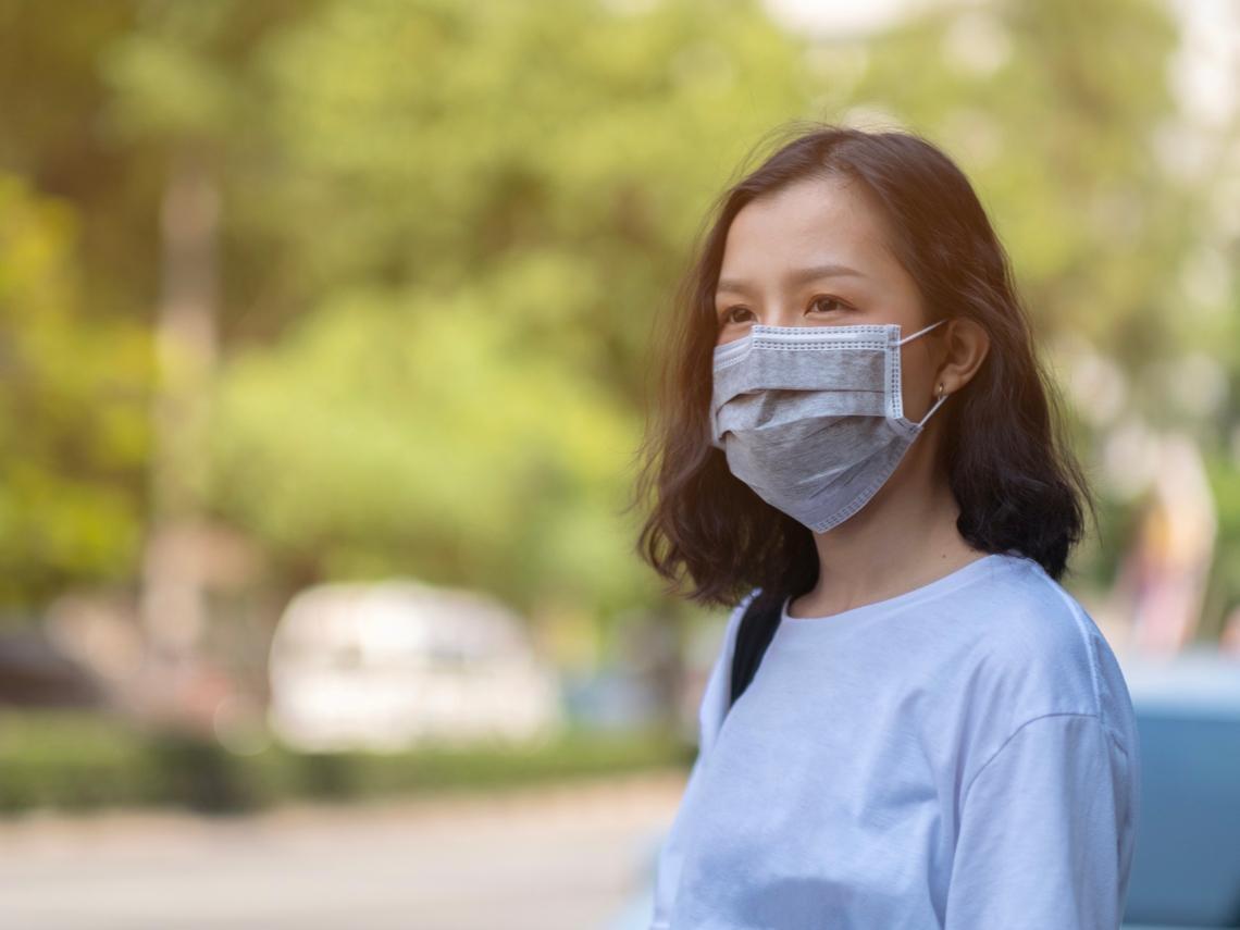防堵不明感染源》不是戴口罩就沒事!ICU醫師:脫口罩後千萬別做這3件事才OK