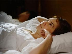 睡眠障礙怎麼辦?失眠睡不著是睡前運動、洗熱水澡害的?腦神經內科醫師打破4大助眠迷思!