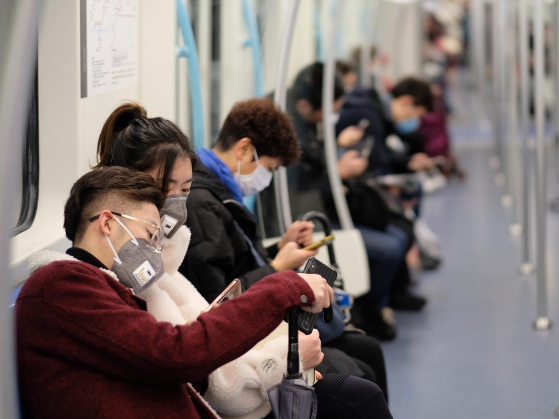 武漢肺炎》高鐵第一排的人得病,最後一排可能染病...空氣傳染和飛沫傳染差在哪?醫師這樣說