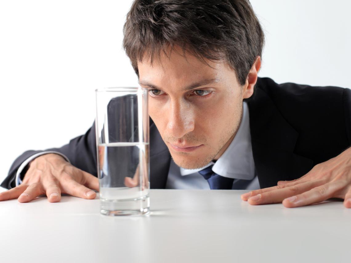 為什麼有錢人,總是越來越有錢?從「喝一杯水」了解窮人和富人差異