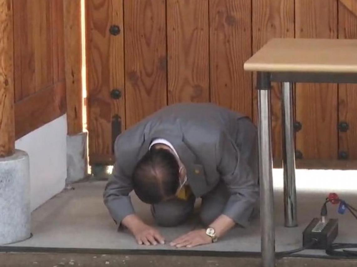 新天地教主李萬熙「跪拜」致歉 強調為防疫已盡了力