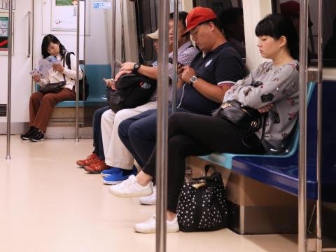 武漢肺炎》包包不要放地上!胸腔重症醫師告訴你:為何捷運、辦公室地板的病菌最多