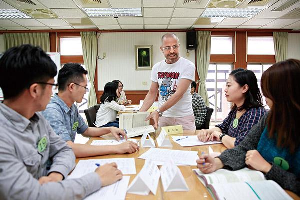 外籍老師教導公務員提升英語力