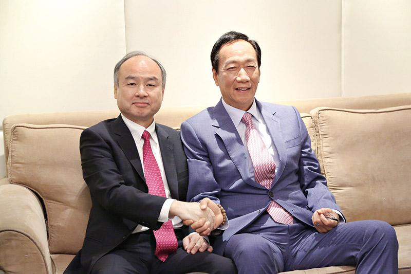 孫正義(左)、郭台銘(右)