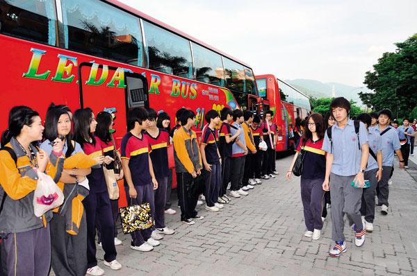 外縣市學生「進京趕考」,希望擠進明星高中的窄門。