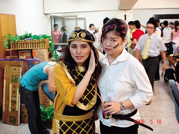 御我(右)於成大外文系畢業公 演,演出「大姊頭」。