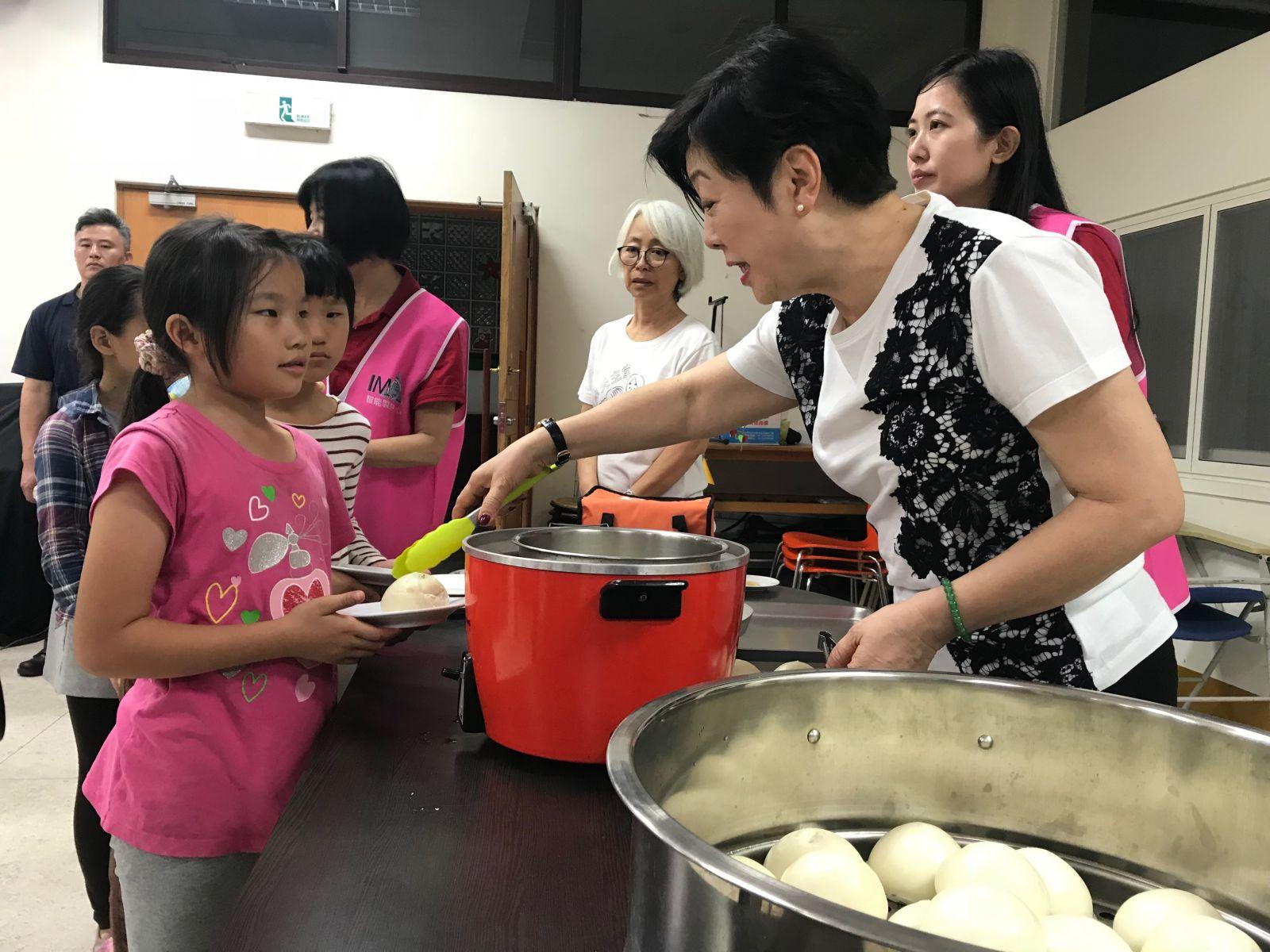 張淑芬擔心偏鄉孩子吃不飽,找來國內多家食品大廠一起合作「惜食」專案。