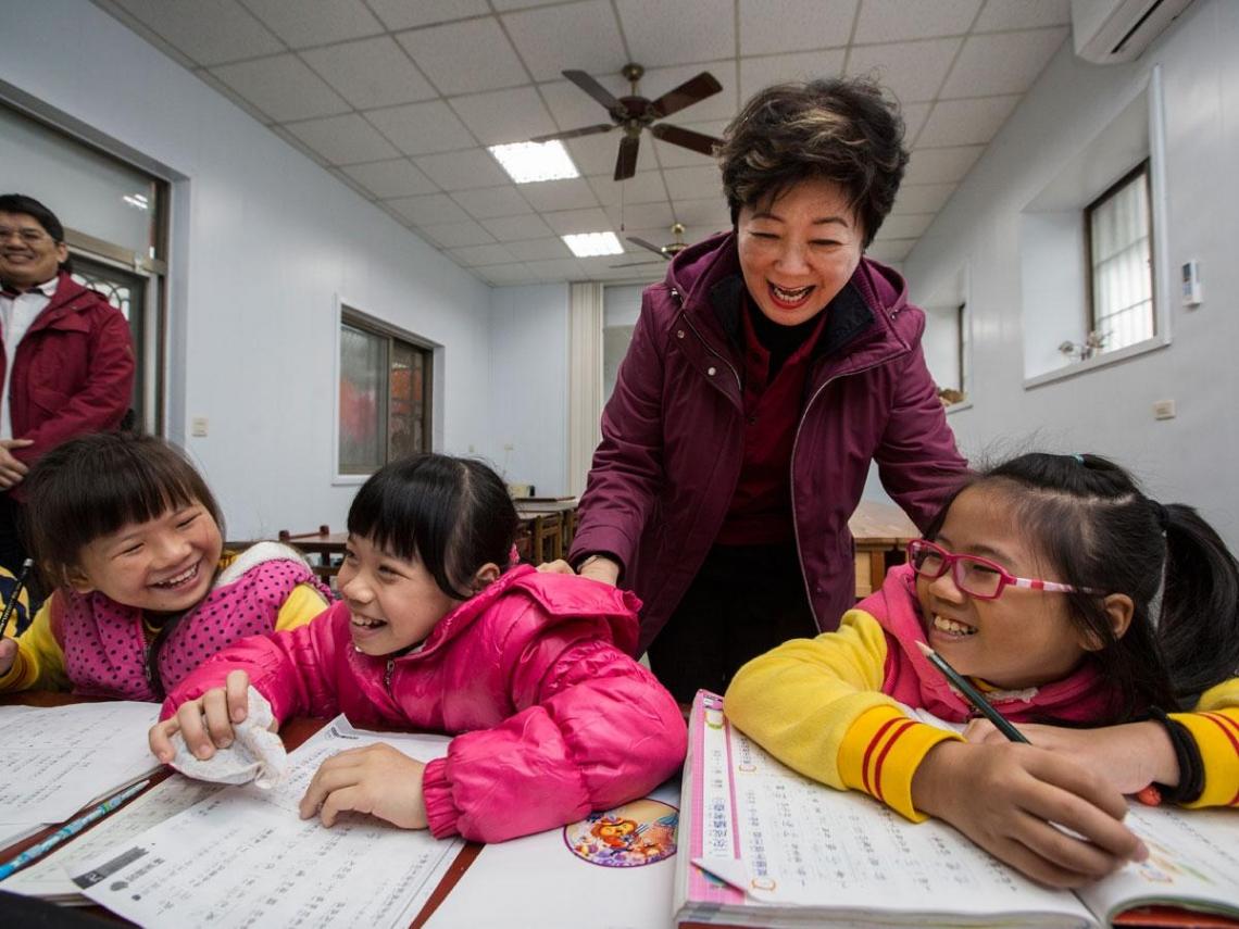 台積電慈善基金會致力於提高偏鄉小孩的教育程度,張淑芬本人多次親自前往偏鄉與小朋友互動。