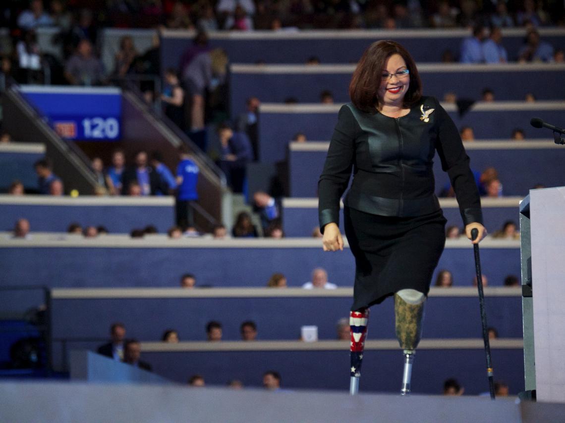 駕黑鷹遭擊落失去雙腿,50歲生女!美參議員訪台送疫苗:活著的每一天,我要對得起救我的人