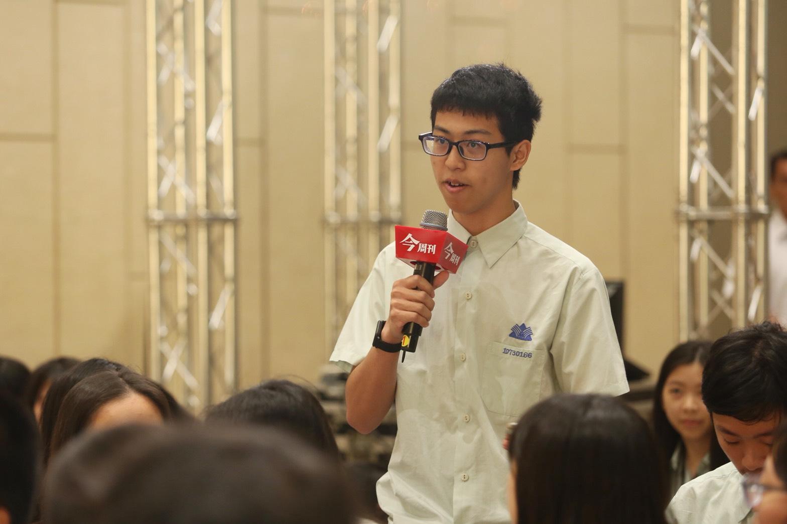 松山高中男同學針對「板中男裙周」向總統蔡英文提問