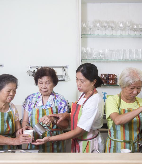 82歲吧台手煮咖啡還拉花!