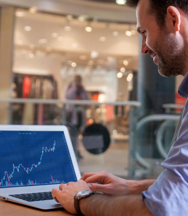 華爾街專家破產,公司職員賺到七百萬美元。誰真正瞭解投資?