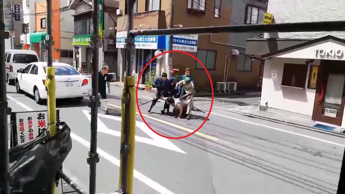 影片瘋傳!日警對峙持刀男 黑貓宅急便路過見義勇為