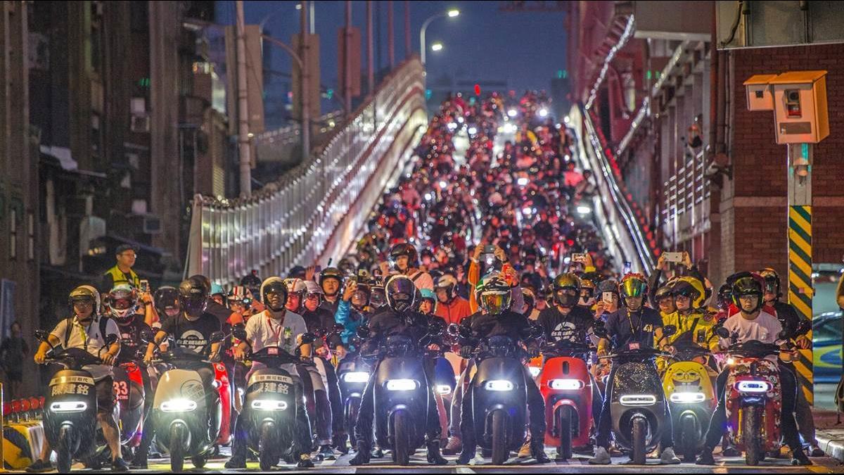 千台Gogoro「無聲機車海」快閃台北橋 打破金氏世界紀錄