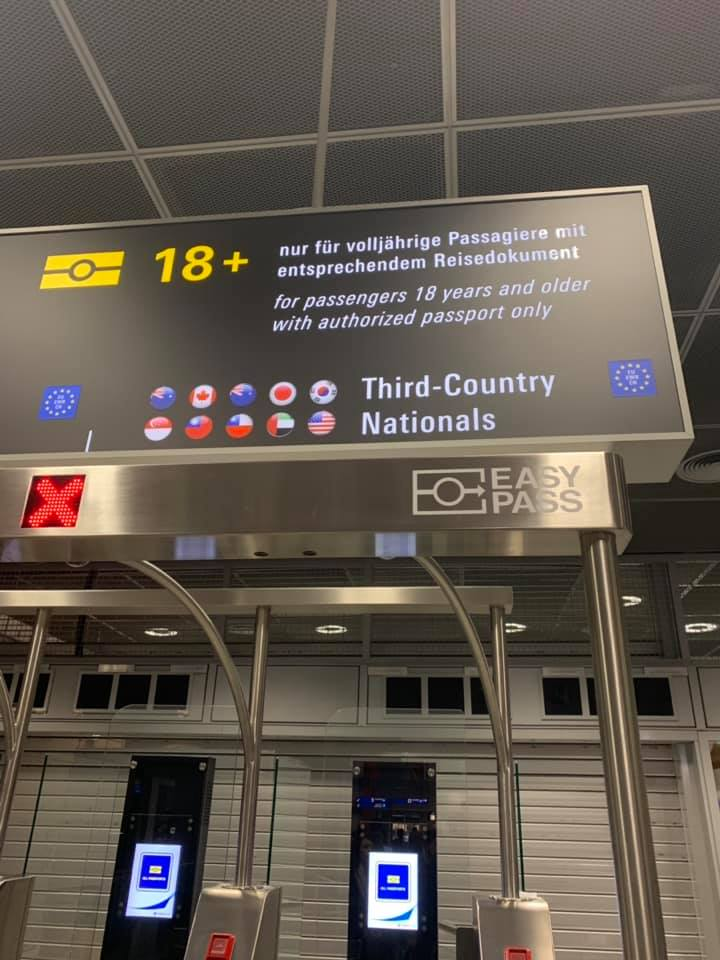 有網友發現台灣國旗出現在德國「快速通關」看板上。