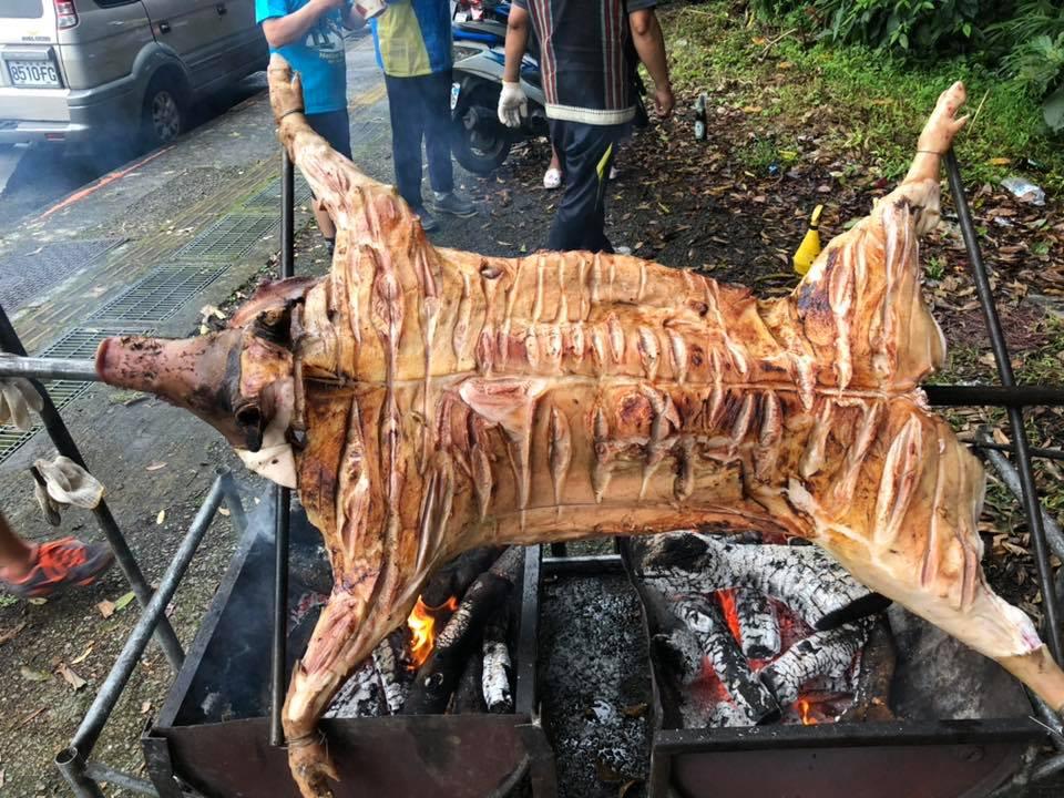 謝金河及台北捷兔的大夥一同烤山豬。