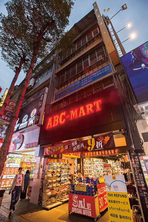 武昌街二段這家ABC-MART也是吳振隆的店面,只挑蛋黃區是他的獵店心法。