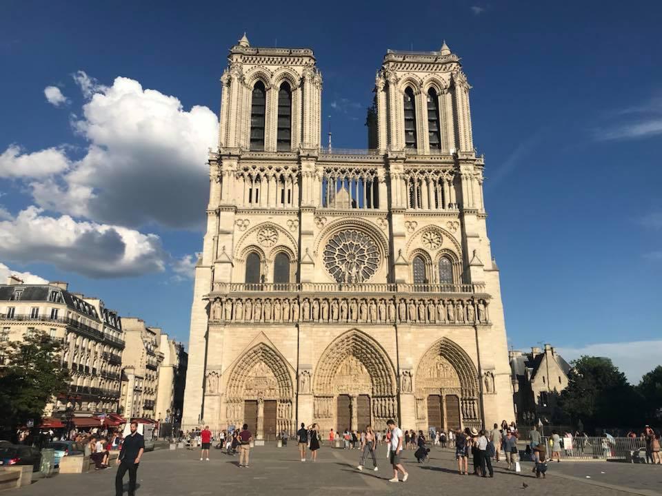 大火重創!鐘樓怪人怪獸雕像、玫瑰花窗...巴黎聖母院內古物面臨浩劫