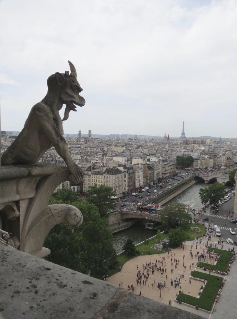 聖母院頂樓鐘樓怪人怪獸雕像。圖/讀者提供
