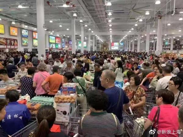 (上海好市多今開幕,滿滿都是人。圖/新浪上海微博)