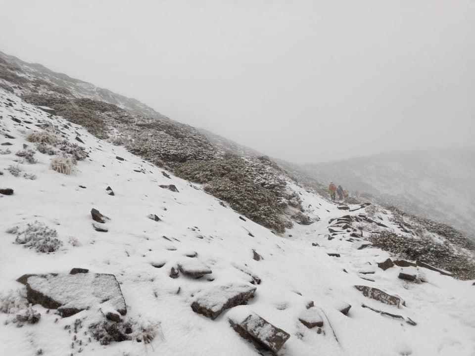 雪山下雪了!冷氣團發威 雪山圈谷積雪已達10公分