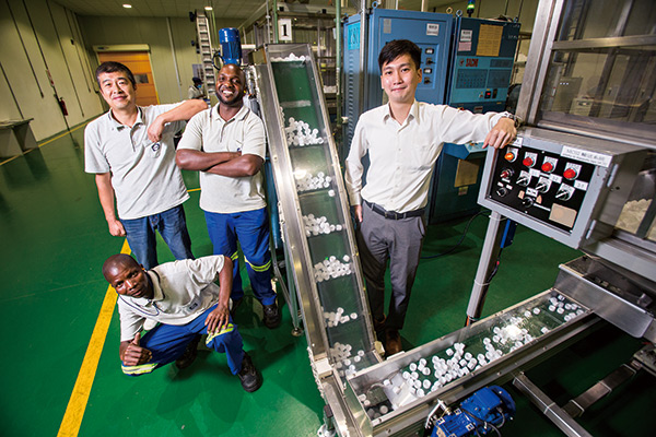 宏鑫莫三比克廠總監吳建德(右),看好人口紅利居冠的非洲市場成長力道。