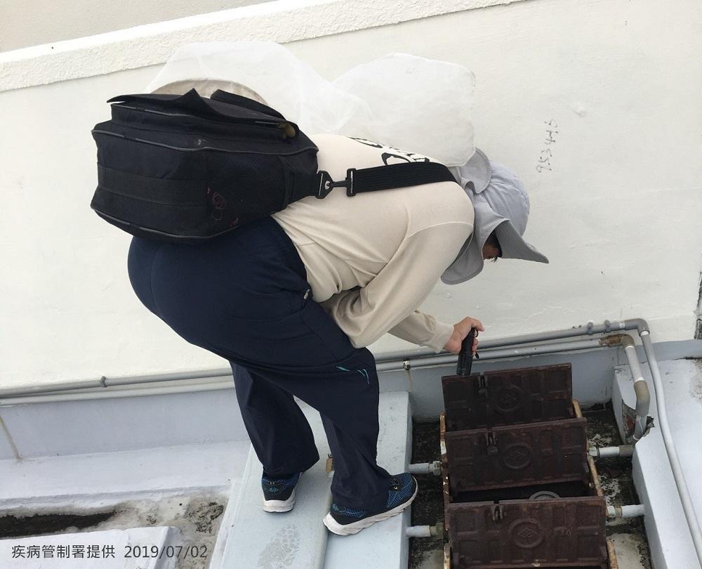 (疾管署防疫人員於台南市中西區開山里進行孳生源查核。圖/疾管署提供)