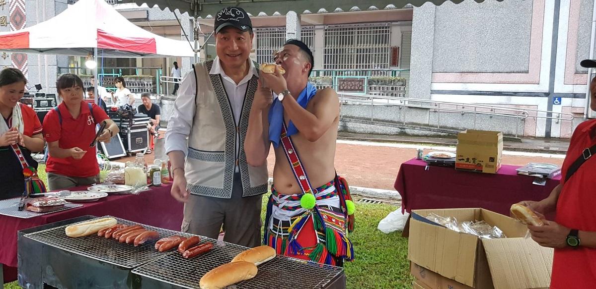 代燒花蓮垃圾案》台泥董座張安平嚼檳榔、烤158根熱狗…打動在地居民的心