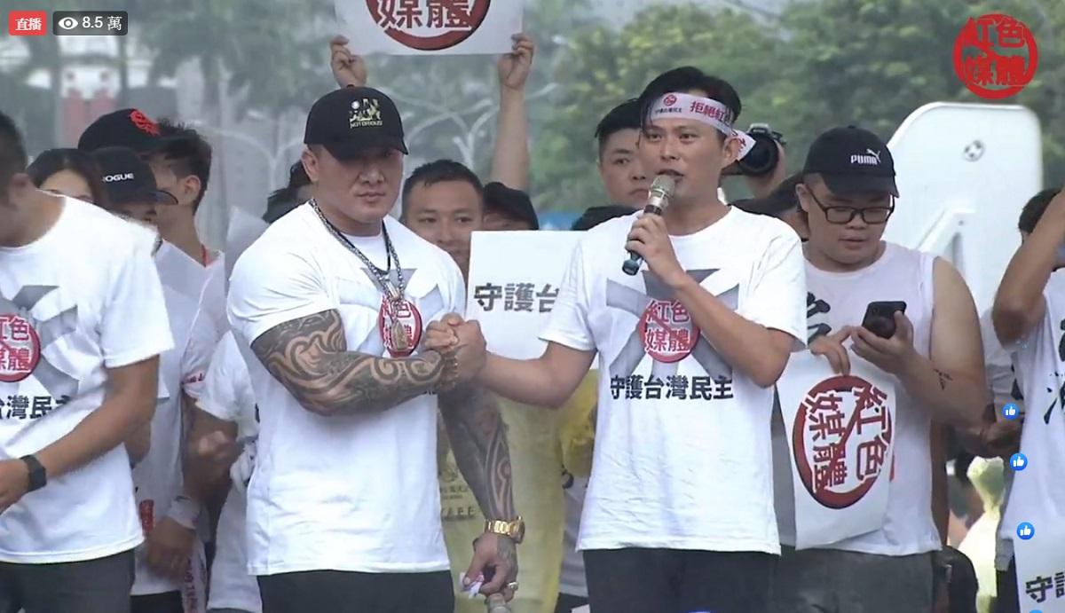 民眾冒雨「反紅媒」高喊護台民主 黃國昌、館長攜手籲:把統媒趕出台灣!