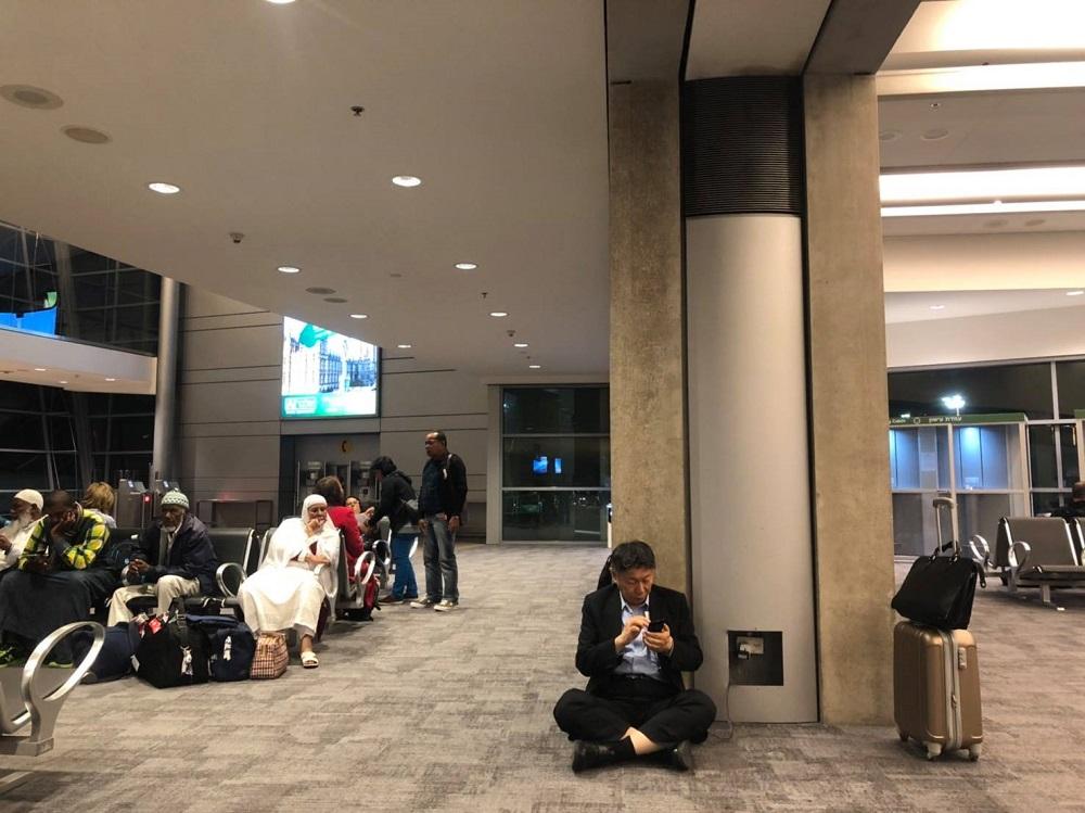柯文哲坐地上充電被批「假掰」 外交部挨轟失職
