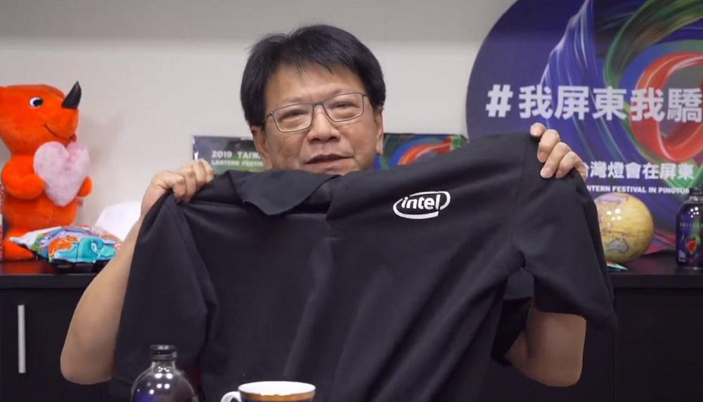 潘孟安秀出intel團隊送他的小禮物。