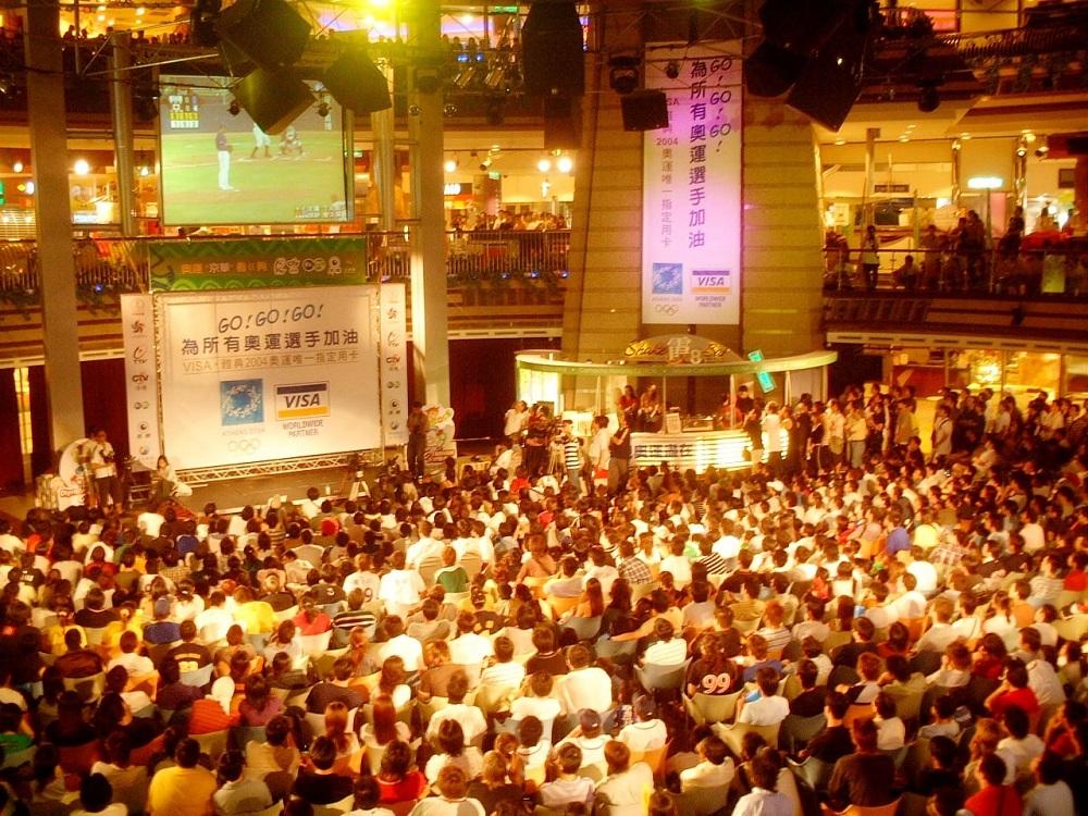 2004年,京華城舉辦奧運棒球賽事轉播,吸引大批民眾到場觀看。(圖片來源:京華城臉書)