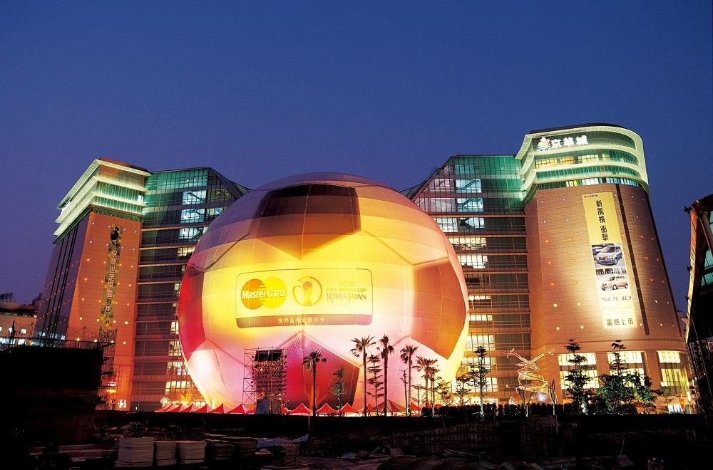 京華城曾配合世界盃足球賽,把球體包裝成足球應景。(圖片來源:京華城臉書)