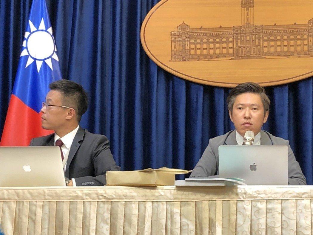 總統府發言人黃重諺(左)及張惇涵(右)。記者潘姣琪/攝影