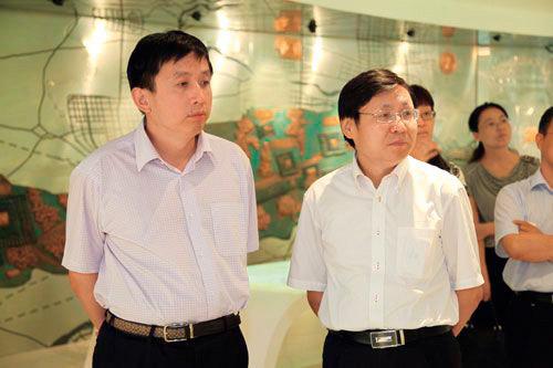 賀錦雷(左)