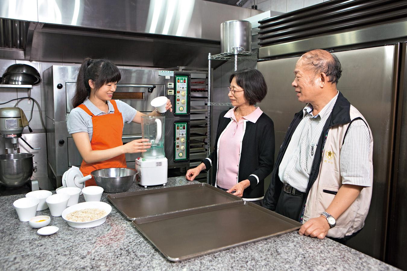 營養師教導賓客實作健康食品
