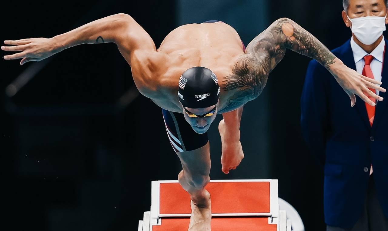 每場比賽都有她陪著我…東奧金牌泳將手中緊握的藍色手帕 藏著癌逝心靈導師對他的無盡祝福
