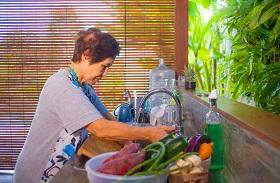 下廚做菜、玩新型家電  百歲阿嬤醫師保持年輕的祕訣