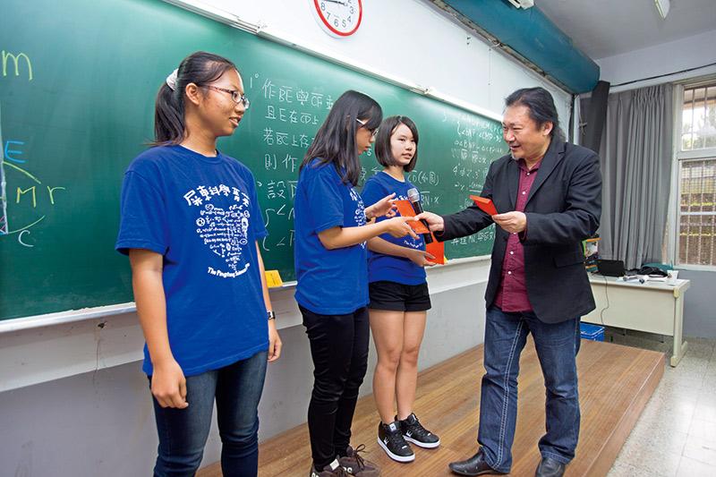 數學補教名師陳立帶給孩子們的不只是數學,還包括自信與榮譽。