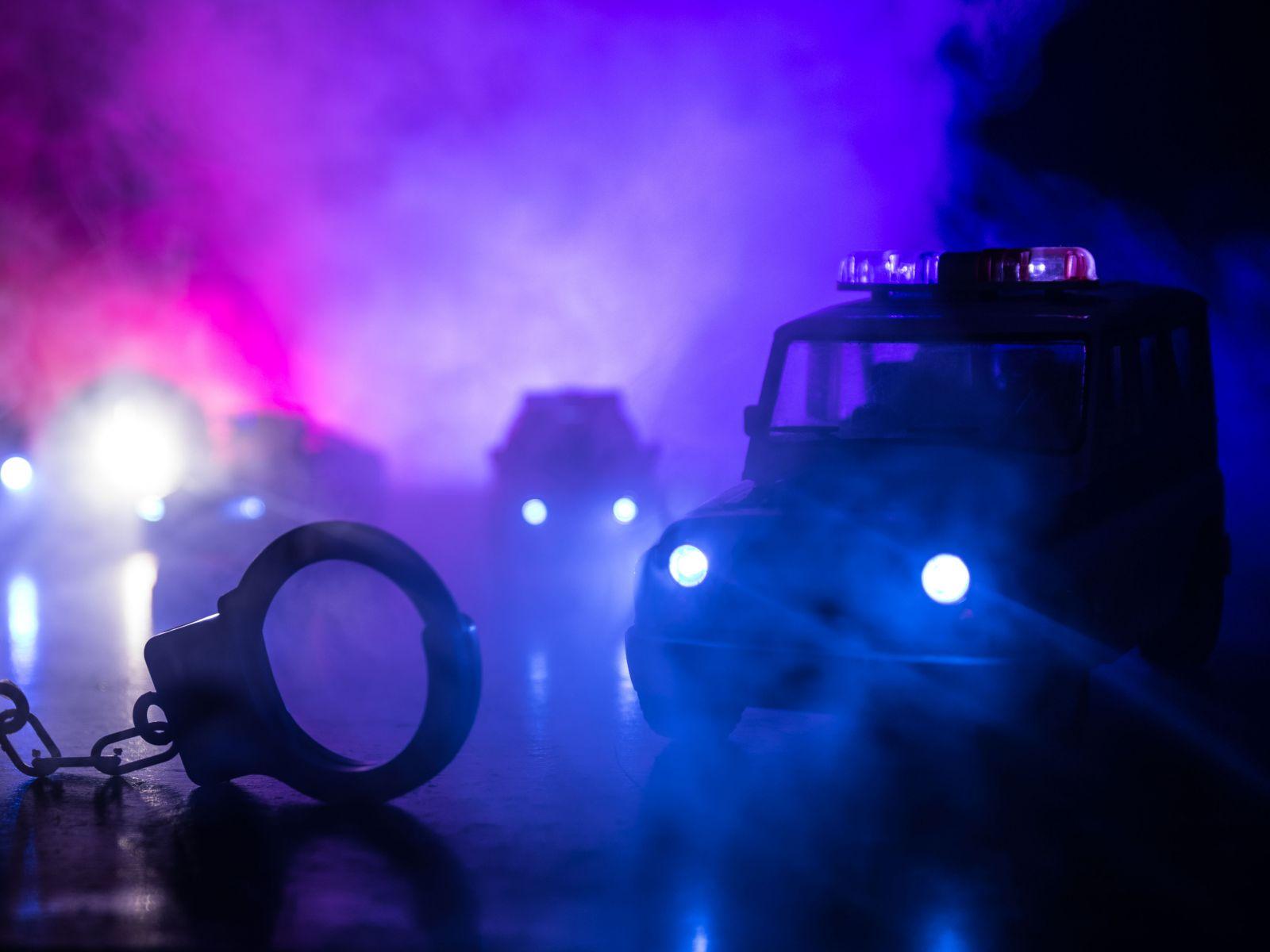 警察在運送通緝犯的途中,被美工刀割喉身亡的那台警車.....它的雙黃燈好像自己閃了一下