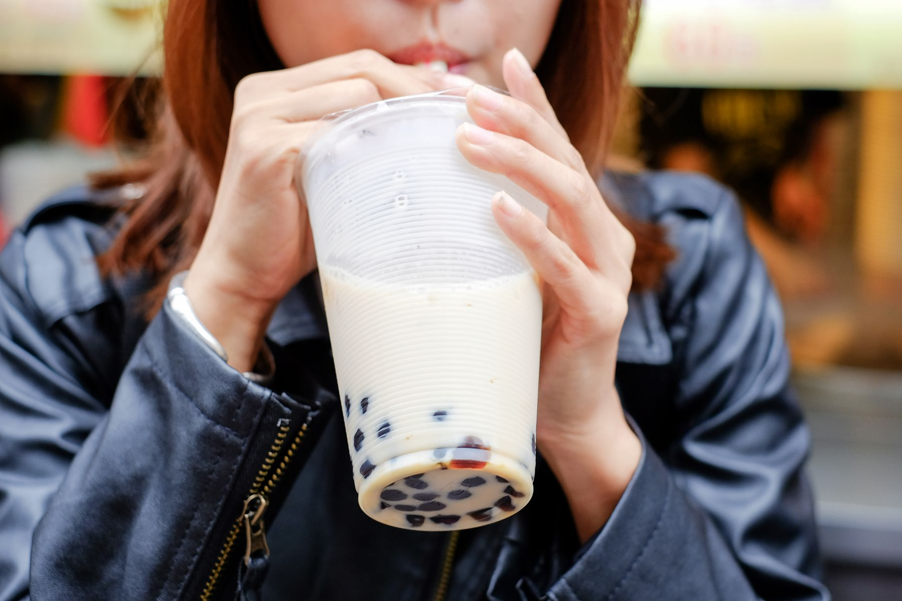 壓力大買珍奶;心裡苦悶就喝酒!我們這一代的小確幸真相:貪吃背後,是悲傷的貧窮…
