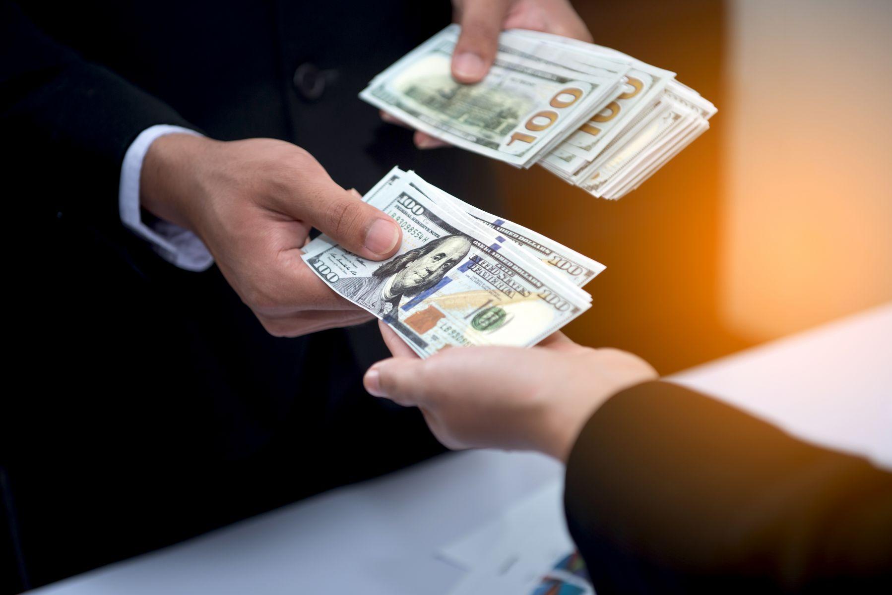 公司與同仁簽兩份合約,正常工時是月薪制,下班後是按件計酬制,這是否合法?