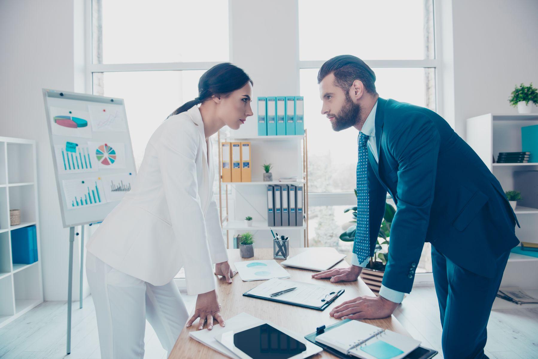 做主管的到底是要先搞定下屬還是要先處理老闆呢,夾在中間如何生存啊?