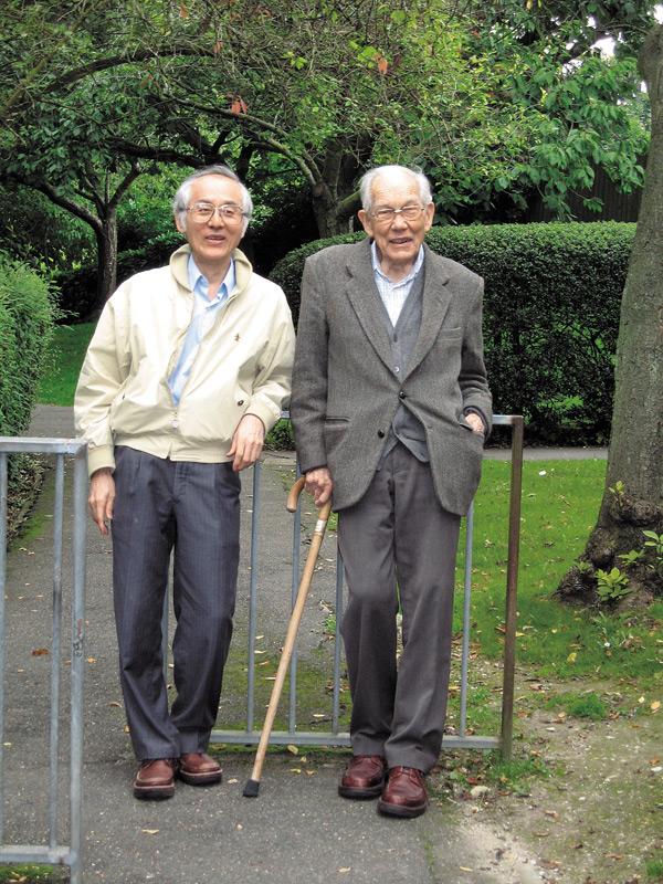 員生醫院院長陳守棟(左)