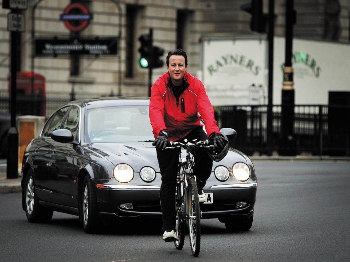 自己騎單車,公事包用名車載