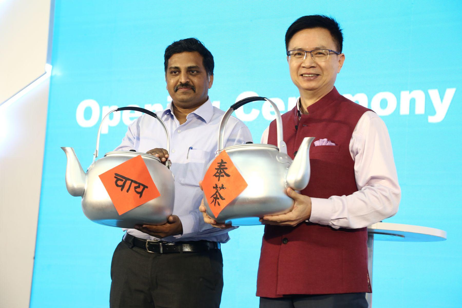 外貿協會黃志芳董事長及印度商工部 Shri Praveen Bonigala司長各以中文及印度語揮毫寫下茶