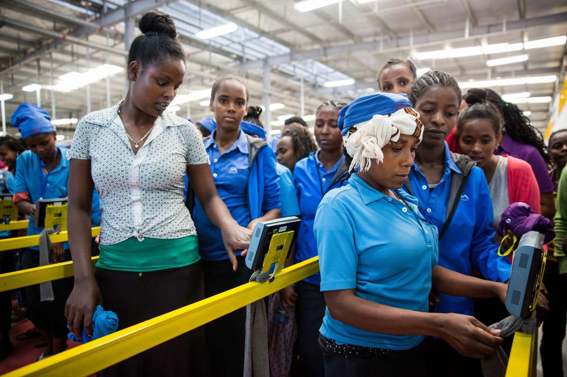 宏遠衣索比亞成衣廠員工上下班,都要刷指紋