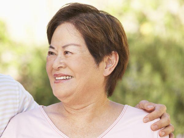 腰痠背痛是因更年期?停經後保養吃荷爾蒙+黃體素改善不適症狀,還可降低乳癌機率!