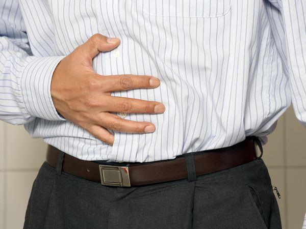 男性長期腹痛 竟被診斷黑色素癌